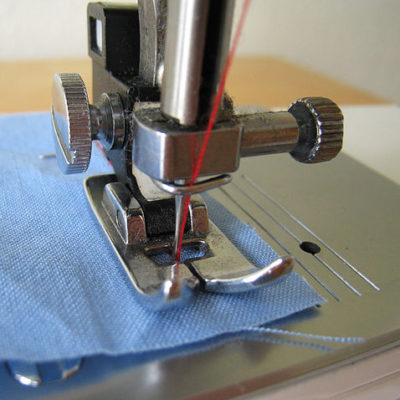 478px-Use_sewing_machine_22